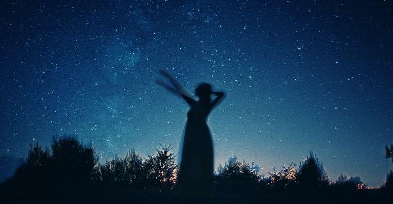 apontar para o céu estrelado