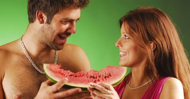 casal comendo melancia